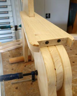 """""""Dübelfixe"""" weisen den genauen Lochmittelpunkt für die Holzdübel"""