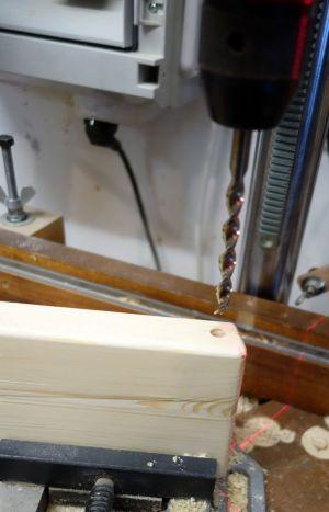 8mm Dübelloch an der Rücklehne gebohrt, wo später der Sicherheitsbügel eingeleimt wird