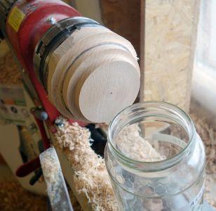 Live-Passprobe des Deckels an einem Honigglas
