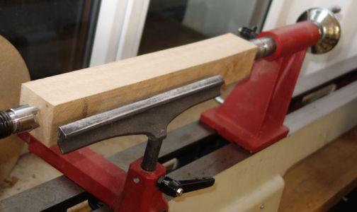 Buchenkantel mit 45x45 und 300mm Länge wird zwischen den Spitzen eingespannt