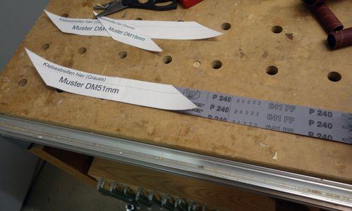 Hier wird die Papierschablone auf das Schleifband übertragen