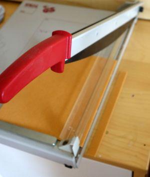 Filzschoner auf der Schneidemaschine entsprechend breit abgeschnitten