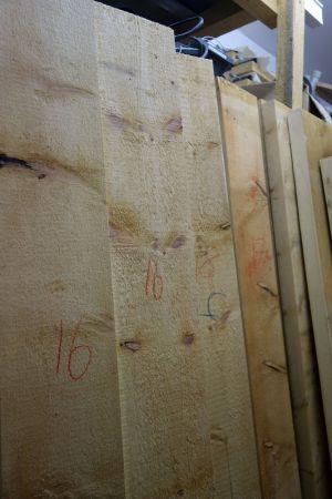 Die Holzbreiten mittels Signierkreide angeschrieben