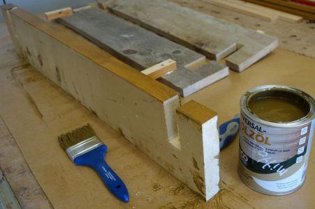 Als Holzschutz kommt ein Holzöl vom Discounter zum Einsatz