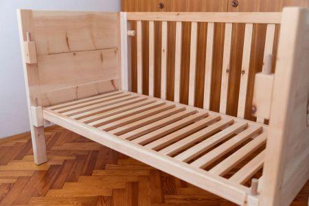 Drittes Gitterbett aus Zirbe im Aufbau