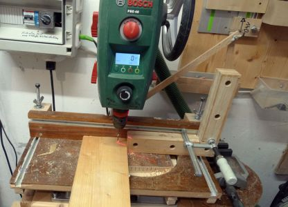 Bei den Enden werden die Schraubenlöcher mit einem 3mm Bohrer vorgebohrt