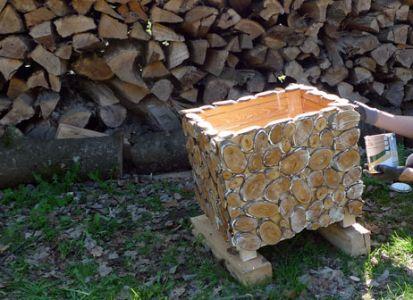 Mittels transparentem Universal-Holzschutzöl wird der Kasten innen und außen eingelassen