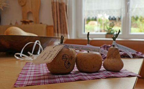 Hochzeitsgeschenk. Zwei gedrechselte Äpfel und eine Birne jeweils aus Vogelbeerholz